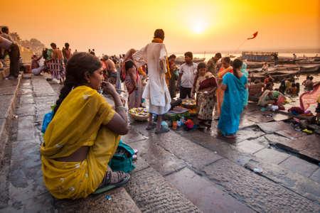 Folla di Indian locale vivere la loro vita mattina con il fiume Ganga il 18 aprile 2010 a Varanasi, in India. La maggior fiume sacro dell'India e cultura indù.