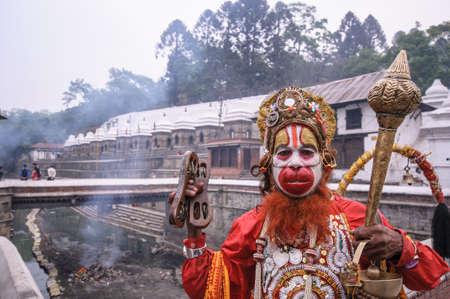 hindues: A hindúes vestir como el avatar de Hanuman, una deidad hindú, que era un ardiente devoto de Rama según las leyendas hindúes el 16 de abril de 2010 en Katmandú, Nepal.