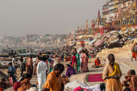 Tłum lokalnych Indian przeżywać swoje życie rano z rzeki Ganga w dniu 18 kwietnia 2010 roku w Varanasi w Indiach. Najświętsza rzeka w Indiach i kultury hinduskiej. Publikacyjne