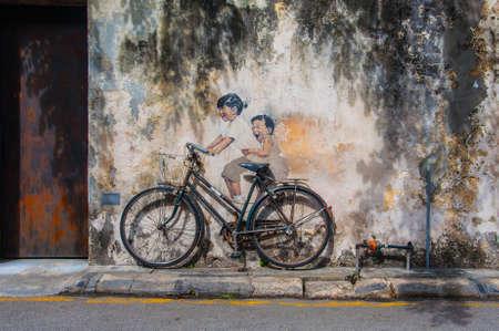"""조지 타운, 페낭, 말레이시아 -2009 년 2 월 19 일 : 리투아니아어 작가 어니스트 Zacharevic에 의해 벽에 """"자전거에 작은 아이""""거리 예술 에디토리얼"""
