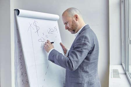 講義中に基板のハゲ ビジネスマン書く