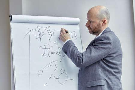 講義中にボード上に矢印を描画ハゲ男 写真素材