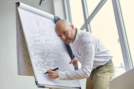基板上のハゲ ビジネスマン書く計算 写真素材