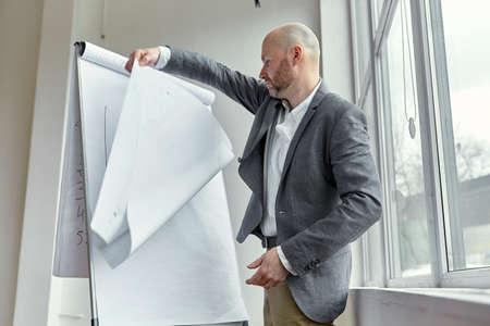 基板上のハゲ実業家回転 A2 ページ 写真素材