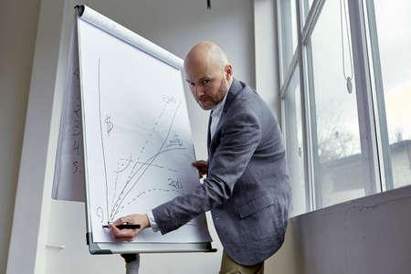 基板のクエスチョン マークを描画ハゲの実業家