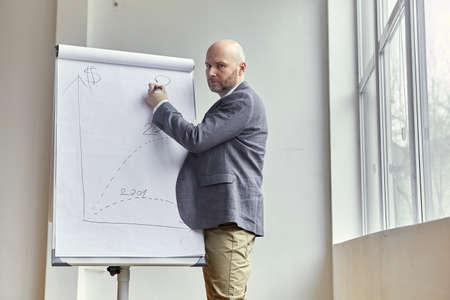 基板上の赤色マークを描画ハゲの実業家 写真素材