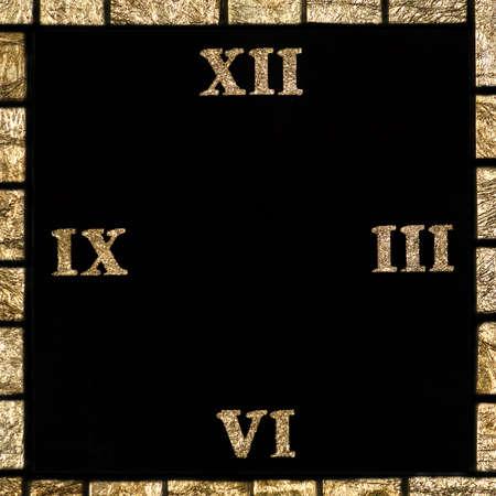 numeros romanos: reloj con n�meros romanos mosaico de piezas de vidrio con pan de oro de fondo de arte Foto de archivo