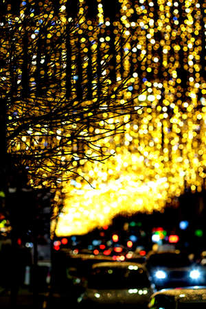 Bright circles from streetlamps and cars headlights on defocused photo of night street. Stockfoto