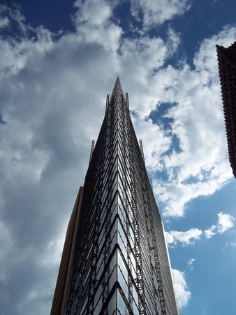 spiegelung: Hochhaus in den Wolken