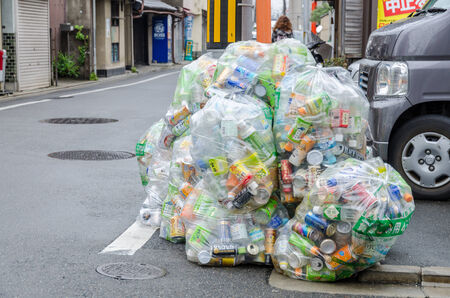 reciclable: Botella de PET y puede, reciclable