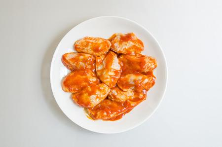 chicken roast: Alitas de pollo barbacoa en el plato blanco
