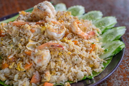 mariscos: Arroz frito con camarones, comida tailandesa