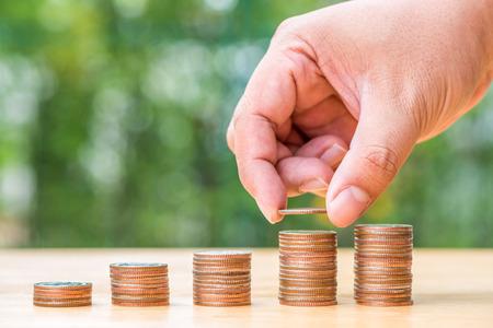 cash money: Mano que da la pila de monedas en, negocios y finanzas concepto
