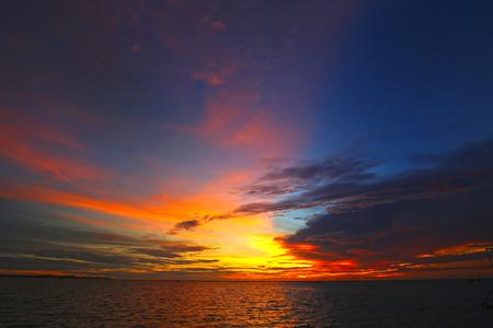 Wunderbarer natürlicher Hintergrund. Dramatische und wunderschöne Abendszene. Schönheitswelt. Klimawandel.