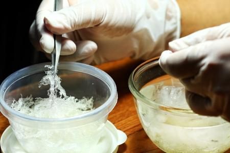 Le nid de Swiftlet de Nid d'Oiseau comestible, matériel de nid d'oiseau comestible cru pour la médecine chinoise traditionnelle. La soupe de nids comestibles est populaire à Hong Kong, à Taiwan, en Chine et en Asie du Sud-Est. Mise au point sélective