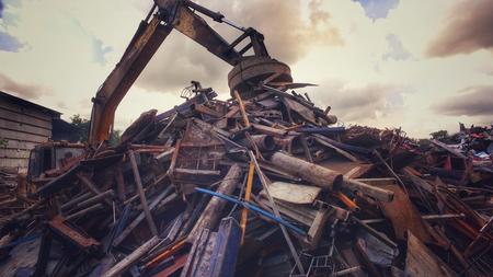 Metallrecyclingfabrik, Baggerlader verwenden Elektromagnete Kran, der Metall hält. Vintage Filter-Effekt. Umwelt und rette das Weltkonzept.