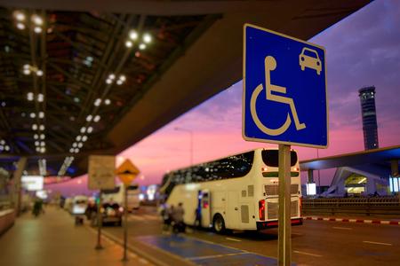 Rolstoel gehandicapte tekens voor parkeren op de weg bij Luchthaven. Selectieve aandacht op borden.