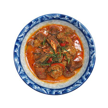 BEEF PANANG CURRY isoliert auf weißem Hintergrund, Bild mit Beschneidungspfad. Beliebtes thailändisches Essen. Rindercurry mit Kokosmilch, Chili und scharfen Kräutern. Serviert mit Dampfjasminreis. Schießen Sie im Studio, Konzept der guten Geschmacksidee des sauberen Essens.