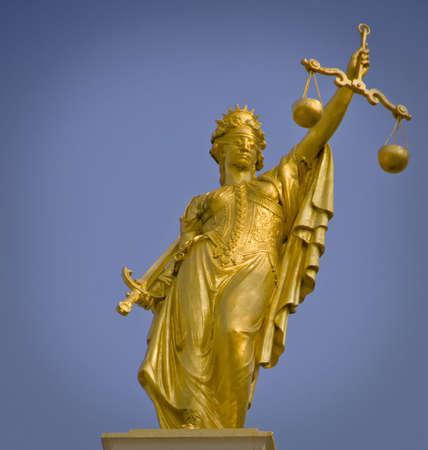 Lady van Justitie standbeeld in goud in Brugge-Vlaanderen Stockfoto