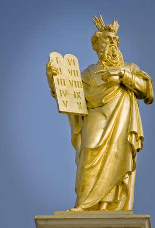 Gouden standbeeld van Moses met tien geboden in Brugge Stockfoto