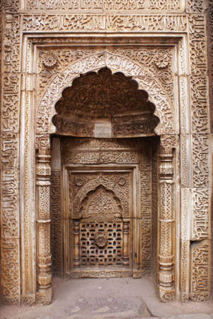 Multiple frames and gates around alcove at Qutb Minar in Delhi. Imagens