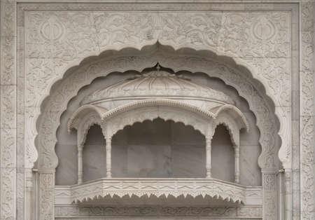 Buitenbalkon gesneden in wit marmer in de Sikh-tempel van New Delhi.