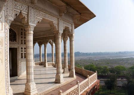 Zuilen uitkijkpunt buiten koninklijke vertrekken in Agra Fort Palace in India. Wijds uitzicht over Yumana rivier en de omliggende land uit versierde marmeren patio.
