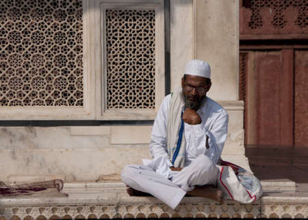 jama mashid: Indian town of Fatehpur - February 2011 - Sufi Muslim Cleric studies Holy texts outside the Jama Mashid Mosque in Fatehpur Sikri. Editorial