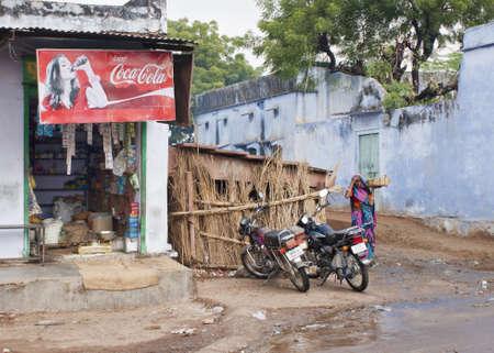 Noord-India - februari 2011 - Hoek supermarkt met Coca Cola reclame en het benaderen van customer.9 Redactioneel