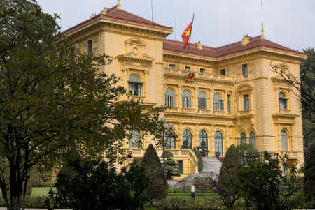 Presidentiële paleis in de tuin en met vlag Mansion in amber gekleurde stenen tegen bleke blauwe luchten