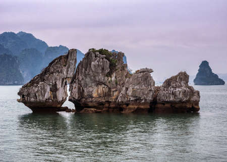 霧のサンセットの空の下でキス岩。石灰岩の山に点在して南シナ海 写真素材
