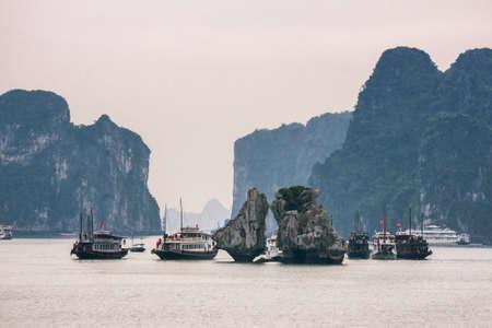 ベトナムのハロン湾 - 2012 年 3 月: キス岩の魅力観光がらくた。訪問者の多くは、あまりにも岩に近い。