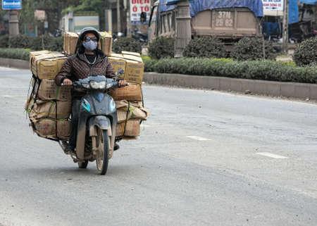 Vietnam Quang Binh provincie, maart 2012, Motorbike overweldigd door merchandise. Redactioneel