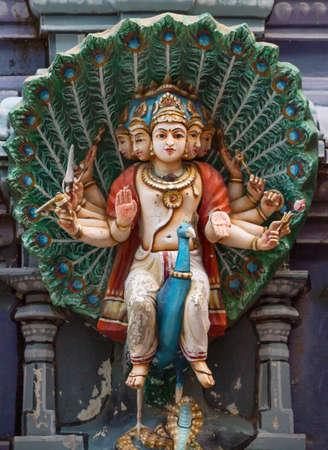 Murugan op zijn pauw monteren standbeeld op Gopuram op Rathinagiri Hill tempel in Tamil Nadu, India Stockfoto