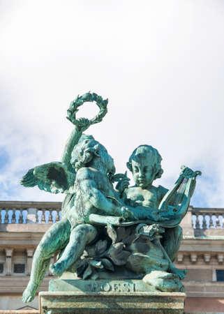 """estrofa: ESTOCOLMO, SUECIA - CIRCA 09 2010: Estatua para celebrar """"poes�a"""" en la valla en frente del palacio real."""