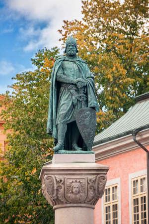the liberator: STOCCOLMA, SVEZIA - CIRCA settembre 2010: Statua di Birger Jarl su obelisco Riddarholmen. � il fondatore di Stoccolma. Editoriali