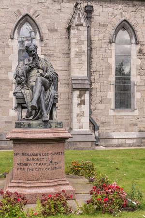 더블린, 아일랜드 - 2017 년 8 월 7 일 : 선생님 Benjamin Lee 기네스 동상 정원 세인트 패트릭 성당에서. 다시에서 교회의 벽입니다. 에디토리얼