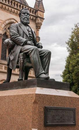 SA アデレード, オーストラリア - 2009 年 11 月 20 日: ウォルター ・ ワトソン ヒューズ、大学創設者を座っている台座の建物歴史的なミッチェルの前に
