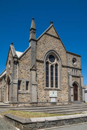 Albany WA, Australie - 23 novembre 2009: Scots Church fait partie de l'église Uniting en Australie. Bâtiment en pierre grise et marron avec flèche et ciel bleu uni sur la rue Duke. Banque d'images - 91156569