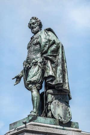 Antwerpen, Belgium - June 23, 2019: Closeup of bronze Peter Paul Rubens statue against light blue sky on Groenplaats. Banque d'images - 130701701