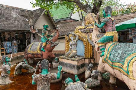Isola di Ko Samui, Thailandia - 18 marzo 2019: Tempio buddista Wat Phra Yai a Ko Phan. Complesso gruppo di statue di Buddha sopra scena dall'inferno con diavoli su elefanti e peccatore nella fossa.