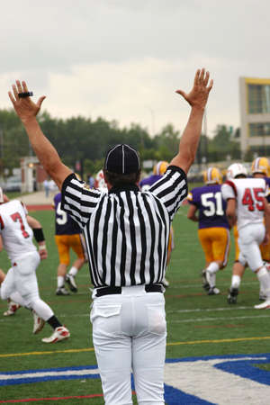 scheidsrechter voetbal: Touchdown Signaal, American Football Referee Stockfoto