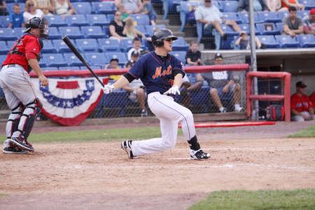 빙햄 턴 메츠 타자 앨런 Dykstra 스윙 NYSEG 스타디움에서 포틀랜드 바다 개 경기에서 피치에서 2011 년 7 월 7 일 Binghamton, 뉴욕 에디토리얼