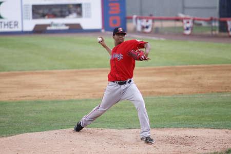포틀랜드 바다 개 투 수 Stolmy Pimentel throwing 피치 경기 Binghamton 메츠 경기에서 NYSEG 스타디움에서 2011 년 7 월 7 일 Binghamton, 뉴욕