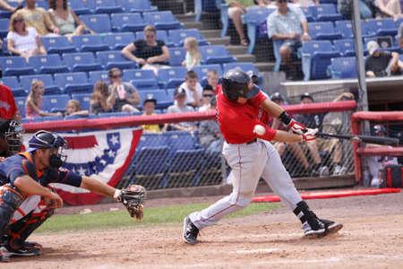 포틀랜드 바다 개 타자 팀 Federowicz 스윙 빙햄 턴에서 2011 년 7 월 7 일에 NYSEG 스타디움에서 Binghamton 메츠 경기에서 피치에서 뉴욕