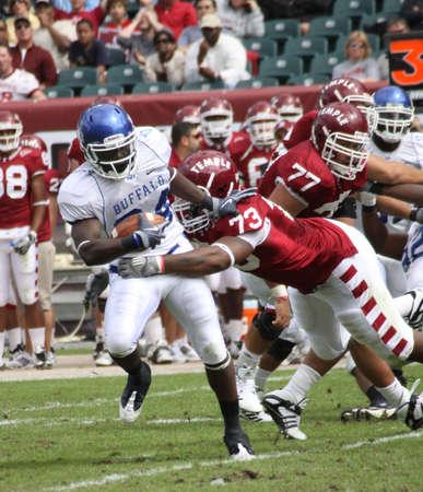 PHILADELPHIA, PA. - SEPTEMBER 26 : Buffalo linebacker Justin Winters returns an interception against Temple at Lincoln Financial Field on September 26, 2009 in Philadelphia, PA. Reklamní fotografie - 10853865