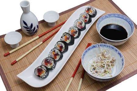 sake: Sushi servido con brotes de soja y sake