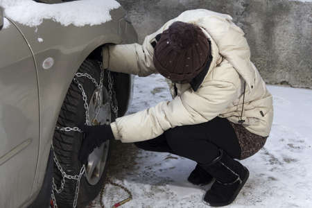 Fixing tyre chains before the ride.