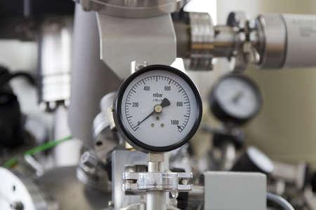 Man�metros y v�lvulas de instrumentos de precisi�n en el laboratorio, de cerca Foto de archivo - 13345605