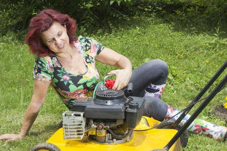 잔디 이동기를 주유 행복한 여자 Smilling 소수